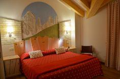 Rilassatevi in una delle nostre camere... tutte rigorosamente create e arredate con legno naturale non trattato. Per un sonno migliore...