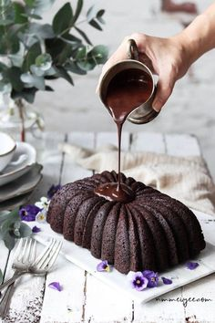 Easy one bowl chocolate cake (vegan, gluten-free & refined sugar free) Ingredients 2 cups gluten free flour or regular flour 1 c. Fluffy Chocolate Cake, Gluten Free Chocolate Cake, Chocolate Desserts, Chocolate Glaze, Vegan Chocolate Mouse, Eggless Desserts, Healthy Chocolate, Vegan Gluten Free, Dairy Free