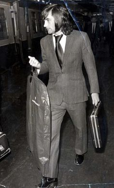 Ever the true gent, George Best embraced cutting-edge fashion trends, modelling assignments, opened a string of boutiques, etc - well before it was fashionable for footballers to take an interest . Liverpool History, International Football, Man United, Football Fans, Fashion Gallery, Green Shirt, Manchester United, Catwalk, Beautiful Men