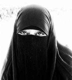 occhi....popoli.....vite. (nella piazza simbolo di Marrakech,un mondo) Foto di KatyB