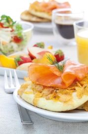 Blinis de corn flakes et saumon fumé (Blinis with corn flakes and smoked salmon) || journaldesfemmes.com