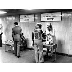 Madrid, 25/6/1974. Venta ambulante en un pasillo de la estación de Metro de José Antonio (actual Gran Vía): Descarga y compra fotografías históricas en | abcfoto.abc.es