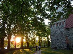 Auf dem Weg ins Konzert: Kirche in Benz im Hinterland der Insel Usedom.
