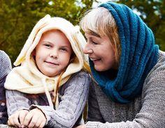 Pehmeän pörheät neulehuput lämmittävät kaikenikäisiä. Lapsen hupussa on hauskat pupunkorvat, aikuisen huppu on yksinkertaisen tyylikäs.