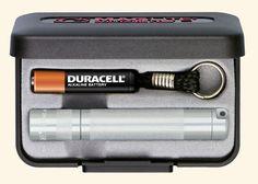 En elegant og fremragende lommelygte fra den legendariske amerikanske lygteproducent Maglite.  Kompakt og robust nøgleringslygte med sparsommelig LED. For at tænde/slukke og trinløs fokusering drejes lampehovedet. Præcisionshus i aluminium af høj kvalitet, eloxeret indvend