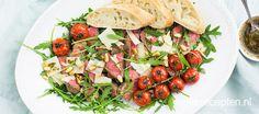 Een lekkere Italiaanse salade met in reepjes gesneden vlees met gepofte tomaatjes uit de oven