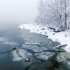 Philadelphia side of the Delaware River during a snowstorm