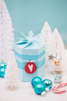 askar med mallar - boxes with templates - Blue Christmas, Christmas Inspiration, Gift Wrapping, Wrapping Ideas, Snow Globes, Wraps, Templates, Boxes, Pattern