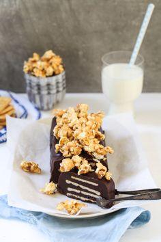 Rezept für Kalter Hund mit Meersalz Karamellpopcorn und Salzcrackern inside kalterhund / chocolate cake schokoladenkuchen / fridge cake / kalte schnauze / lukullus / tuc kekse / poporn / salzkaramell / zuckerzimtundliebe foodblog