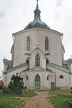 L'église Saint-Jean-Népomucène à Zelená Hora (montagne verte), à Žďár nad Sázavou près de la frontière entre la Bohême et la Moravie, est le dernier chef-d'œuvre de l'architecte Jan Blažej Santini-Aichel, qui mélange l'architecture baroque aux éléments gothiques dans la construction et la décoration. Elle est ajoutée à la liste du patrimoine mondial de l'UNESCO en 1993.