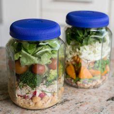 Saladas no pote = empilhar os ingredientes e pronto! | 15 ideias de marmitas…
