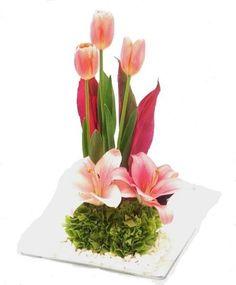 Sencillito: 2 Lilis y 3 tulipanes, más follaje.