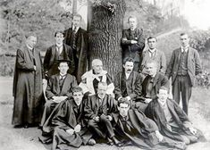 A UCD graduate class from 1902. Pictured among the group is James Joyce, second from left. #Irish #History