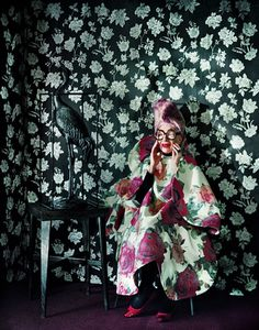 Iris apfel in a floral room wearing floral #patternonpattern #floralfabrics