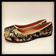 Cheia de lantejoulas douradas e pretas é Perfeita pra sua sexta a noite, concordam? Compre a sua aqui http://koqu.in/YdKayi #koquini #sapatilhas #euquero