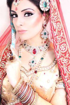 Natural Asian Bridal Makeup Look #asianbridal #asianbridal #makeup #smokeyeyes #flawlessface #arabicmakeup #mac #kryolan #malikajafrinmua #makeup #jazzybindi #indianjewllery #malikajafrin #malikajafrinmua