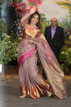The Best Dressed Celebrities Who Stood Out At Sonam Kapoor - And She Carried It Off Like A Boss Lady She Looked Quite Stunning Especially With Anand Ahuja Beside Her Many Other Celebrities Looked Quite Good Even With Their Glitzy Attire They Managed To S Saris, Sonam Kapoor Wedding, Saree Wedding, Sonam Kapoor In Saree, Saree Blouse Patterns, Sari Blouse Designs, Dress Designs, Indian Silk Sarees, Indian Beauty Saree
