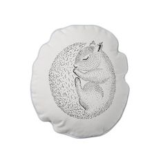 <p>Coussin Sleeping squirrel, rond avec un délicat dessin d'un écureuil endormi, pipping bleu clair, dos à rayures bleues et blanches, déhoussable, design Nanna asmussen pour Bloomingville. Pour apporter de la douceur à votre salon ou à votre chambre et obtenir une ambiance sereine et poétique. A coordonner avec les autres coussins assortis de la gamme sweet moments par Bloomingville.- deco-graphic.com