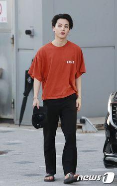 Jimin Airport Fashion, Bts Airport, Airport Style, Kpop Fashion, Korean Fashion, Fashion Outfits, Park Jimin Cute, Bts Inspired Outfits, Foto Jimin