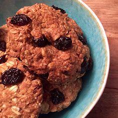 """Oatmeal cookies (20 stuks). """"Oatmeal"""", oftewel """"havermout."""" De Engelsen en Amerikanen maken er al jaren cookies van. En dat kunnen wij ook natuurlijk. In dit recept verrijken we de cookies met hazelnoten en cranberries, maar je kunt natuurlijk iedere noot en ieder (klein) gedroogd fruitje kiezen wat je wilt!"""