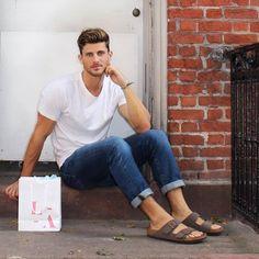 Birkenstock Sandals Men, Birkenstock Fashion, Birkenstocks, Mode Masculine, Boots And Jeans Men, Unisex Fashion, Mens Fashion, Abercrombie Men, Barefoot Men
