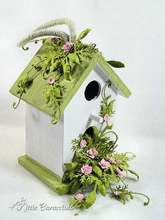 I am inspired! When you add quilling to a wooden birdhouse ~ the possibilities a… I am inspired! Diy Craft Projects, Diy And Crafts, Projects To Try, Paper Crafts, Decorative Bird Houses, Bird Houses Painted, Fee Du Logis, Birdhouse Craft, Bird Boxes