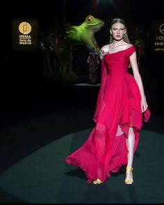 Hannibal Laguna Look Spring Summer 2020 Couture Collection Red Asymmetric Slit Sheath Evening Maxi Dress / Evening Gown. Runway Show at the Mercedes-Benz Fashion Week Madrid by Hannibal Laguna Haute Couture Dresses, Style Couture, Couture Fashion, Fashion Week, Fashion Show, Fashion Design, Fashion Rings, Mercedes Benz, Night Gown Dress