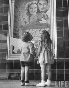Junio 1946,Children Looking at Posters Outside Movie Theater Premium por Charles E. Steinheimer.