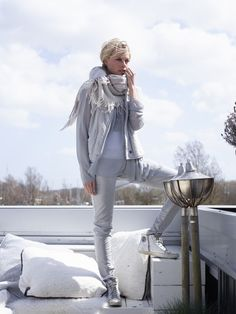 All grey outfit idea with wear pants and sneakers