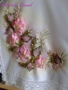 Camino de mesa Flores bordadas en cinta. Hojas realizada en tela: pintadas Pintura textil, ante y después del procesamiento