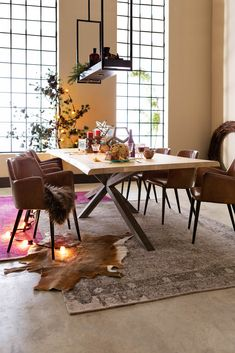 Unusual to see a light wood live edge table. Also an interesting base. Interior Exterior, Kitchen Interior, Live Edge Table, Industrial Living, Interior Decorating, Interior Design, Home And Deco, Home And Living, Interior Inspiration