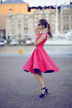 鮮やかなピンクドレス。