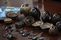 Nada del coco se desperdicia. Hasta la cáscara se usa para hacer artesanías. Crédito: Desmond Brown/IPS. - http://www.ipsnoticias.net/2013/11/cambio-climatico-es-bueno-para-los-cocos/