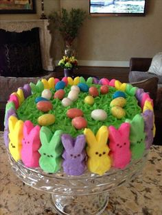 Pastel con orilla de conejos en colores pastel para celebrar la pascuca easter cake easterappetizers some facts you didn`t know about the easter bunny legend Easter Deserts, Easter Snacks, Easter Appetizers, Easter Peeps, Hoppy Easter, Easter Treats, Easter Recipes, Easter Food, Cute Easter Desserts