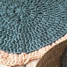 Alfombra de lana circular, por Living Crochet | The Blog - ES