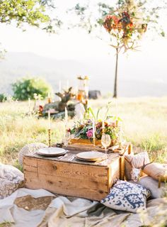 Mountain Top Elopement Shoot Featuring Becca from The Bachelor, Photography: www. Picnic Style, Picnic Set, Beach Picnic, Summer Picnic, Picnic Ideas, Picnic Dinner, Picnic Parties, Romantic Picnics, Romantic Dinners