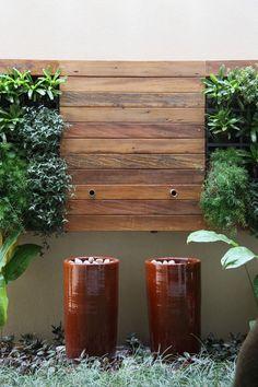 painel, parede verde, bicas.