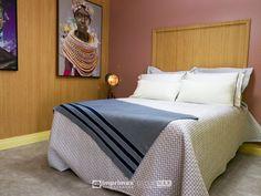 """Assista o sétimo episódio da série """"PROJETO CRIATIVO""""! A Imprimax forneceu espaço e materiais para que arquitetos e designers de interiores esbanjassem toda a sua criatividade, mostrando as possibilidades da utilização de vinis autoadesivos na decoração de ambientes. Confira agora o resultado incrível e conceitual que a design de interiores STELLA LINGUANOTTI criou. Designers, Bed, Furniture, Home Decor, Vinyls, Architects, Creative, Creativity, Log Projects"""