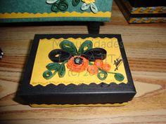 Cajita forrada con papel vinílico y decorada con quilling.