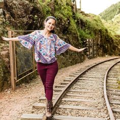 Olha a Milena andando nos trilhos. . .  #ferrovia #rails #trilhos #osturistas #natureza #verde #serra #ferias #aventura #tripify #travel #sp