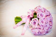 Buquê de noiva com rosas em tom rosa arroxeado. Foto: Rachel Escobar - Fotografia