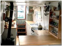 Cheap Houseboat Interior Ideas – The Urban Interior - Aufenthaltsraum Canal Boat Interior, Narrowboat Interiors, Narrowboat Kitchen, Houseboat Living, Houseboat Ideas, Make A Boat, Floating House, Tiny House Movement, Boat Design