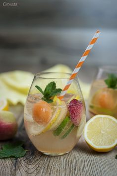 weiße sangria It's hard to have a party without non-alcoholic drinks—but virgin drinks don't have to Thanksgiving Sangria, Holiday Sangria, Sangria Cocktail, Summer Sangria, Moscato Sangria, Peach Sangria, Wine Cocktails, Drink Recipes Nonalcoholic, Sangria Recipes