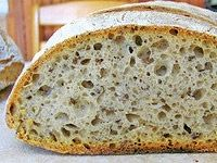 Pavel Skřivan, potravinářský chemik s výrobní, vědeckou i akademickou praxí, a Jan Kreps, příznivec domácího pečení chleba, si s Receptářem povídali o detailech, které ovlivňují chuť i vzhled kváskového chleba.