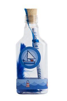 Super geboortekaartje flessenpost. Plastic plat flesje gebotteld met donkerblauwe veer en geboortekaartje in nautische stijl (brief in de fles, sticker op de voorkant en banderol om de buik van de fles).