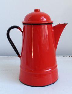 Pote del café del esmalte rojo retro