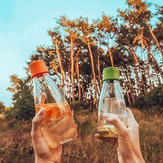 Se on kaunis, se on kevyt ja se on erittäin helposti personoitava lasinen juomapullo, jota tulet rakastamaan. Pullolla on elinikäinen takuu ja 5% koko tuotosta lahjoitetaan eteenpäin hyvää tekeville järjestöille.   Valmistamme ne tässä lähellä EU:n alueella ja toimitamme luoksesi nopeasti ilmastoystävällisellä kuljetuksella. Pullot tehdään kestävästä borosilikaattilasista, jota käytetään kestävyytensä ansiosta myös laboratorioissa eikä siitä irtoa makuja, kemikaalijäämiä tai mikromuoveja. Sustainable Design, Sustainability, Sustainable Development