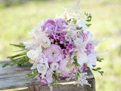 Ramo de novia romántico en tonos lila y blanco de VG Florista #ramodenovia #bridalbouquet #tendenciasdebodas