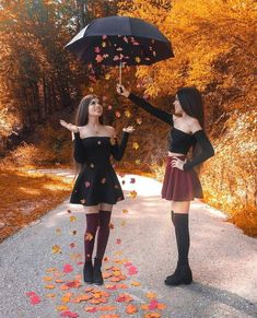 """- Fashion Active - Comment """"Autumn"""" in your language 🍁 Tag your bff 🍂 📸 Bff Pics, Photos Bff, Bff Pictures, Best Friend Pictures, Girl Outfits Tumblr, Twin Outfits, Cute Outfits, Casual Outfits, Autumn Photography"""