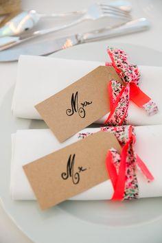 Ronds de serviette en rubans liberty et étiquettes kraft avec noms calligraphiés par www.mariagedanslair.com Agence d'organisation de mariage en Provence